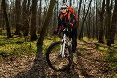 Jinete en la acción en la sesión de la bici de montaña del estilo libre Foto de archivo