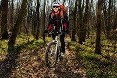 Jinete en la acción en la sesión de la bici de montaña del estilo libre Imagenes de archivo