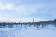 Jinete en la moto de nieve en la estación de esquí de las montañas en Amut Rusia imagen de archivo libre de regalías