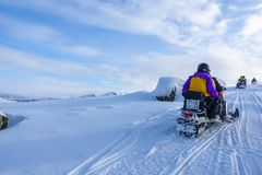 Jinete en la moto de nieve en la estación de esquí de las montañas en Amut Rusia fotos de archivo