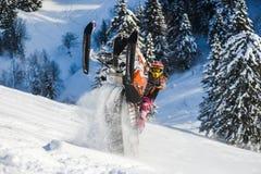 Jinete en la moto de nieve en la estación de esquí de las montañas en la isla de Sajalín Imágenes de archivo libres de regalías