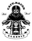 Jinete en la motocicleta con la barba en el fondo blanco Imagen de archivo