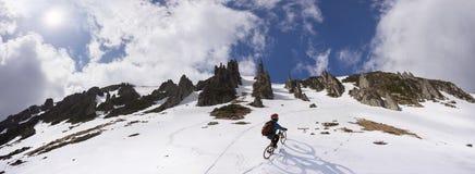 Jinete en una bici de montaña imagen de archivo