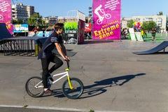 Jinete extremo de BMX en casco en skatepark Fotos de archivo