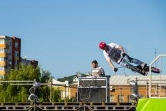 Jinete extremo de BMX en casco en skatepark Fotos de archivo libres de regalías