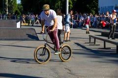 Jinete extremo de BMX en casco en skatepark en la competencia Fotos de archivo libres de regalías