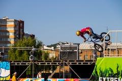 Jinete extremo de BMX en casco en skatepark en la competencia Imágenes de archivo libres de regalías
