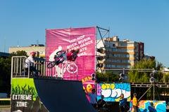 Jinete extremo de BMX en casco en skatepark en la competencia Fotos de archivo