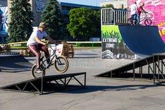 Jinete extremo de BMX en casco en skatepark en la competencia Fotografía de archivo libre de regalías