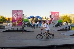 Jinete extremo de BMX en casco en skatepark en la competencia Imagen de archivo libre de regalías