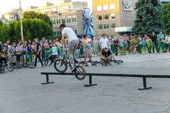 Jinete extremo de BMX en casco en skatepark en la competencia Foto de archivo