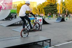Jinete extremo de BMX en casco en skatepark en la competencia Foto de archivo libre de regalías