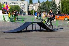 Jinete extremo de BMX en casco en skatepark en la competencia Imagenes de archivo