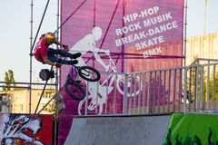 Jinete extremo de BMX en casco en skatepark en la competencia Fotografía de archivo