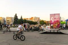 Jinete extremo de BMX en casco en skatepark en la competencia Imagen de archivo