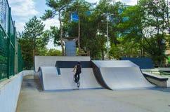 Jinete extremo de BMX en salto del casco en skatepark en la competencia Concepto de la bicicleta del deporte para la cartelera Imagen de archivo libre de regalías
