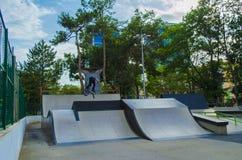 Jinete extremo de BMX en salto del casco en skatepark en la competencia Concepto de la bicicleta del deporte para la cartelera Fotografía de archivo libre de regalías