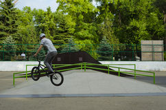Jinete extremo de BMX en salto del casco en skatepark en la competencia Concepto de la bicicleta del deporte para la cartelera Imágenes de archivo libres de regalías