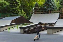 Jinete extremo de BMX en salto del casco en skatepark en la competencia Concepto del patín del retroceso del deporte para la cart Foto de archivo libre de regalías
