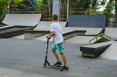 Jinete extremo de BMX en salto del casco en skatepark en la competencia Concepto del patín del retroceso del deporte para la cart Imagenes de archivo