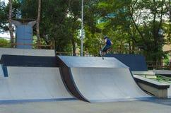 Jinete extremo de BMX en salto del casco en skatepark en la competencia Concepto del patín del retroceso del deporte para la cart Fotos de archivo libres de regalías
