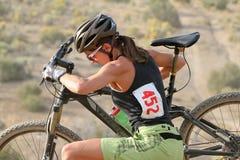 Jinete femenino de la bici de montaña Imagen de archivo libre de regalías