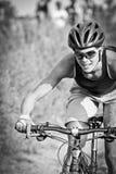 Jinete femenino de la bici de montaña Foto de archivo libre de regalías