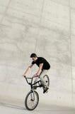 Jinete joven de la bicicleta de BMX Fotografía de archivo