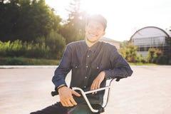 Jinete joven de la bicicleta de BMX Imagen de archivo