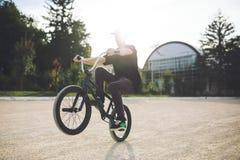 Jinete joven de la bicicleta de BMX Foto de archivo