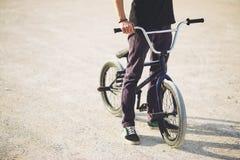 Jinete joven de la bicicleta de BMX Foto de archivo libre de regalías