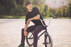 Jinete joven de la bicicleta de BMX Imagen de archivo libre de regalías