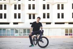 Jinete joven de la bicicleta de BMX Fotografía de archivo libre de regalías