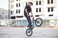 Jinete joven de la bicicleta de BMX Imágenes de archivo libres de regalías