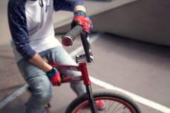Jinete joven de la bicicleta de Bmx que se sienta en una rampa Foto de archivo