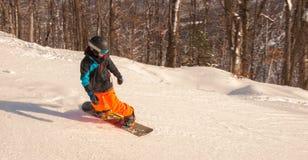 Jinete joven que va abajo de la montaña Imagen de archivo libre de regalías