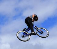 Jinete llevado aire de BMX Fotos de archivo