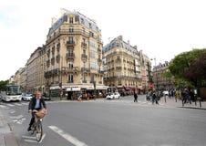 Jinete masculino de la bicicleta en las calles de París Foto de archivo libre de regalías