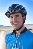 Jinete masculino sonriente de la bici Imágenes de archivo libres de regalías