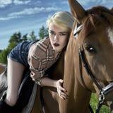 Jinete rubio hermoso de la muchacha a caballo Imágenes de archivo libres de regalías