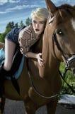 Jinete rubio hermoso de la muchacha a caballo Imagenes de archivo