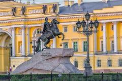 Jinete y Tribunal Constitucional de bronce St Petersburg Imagenes de archivo