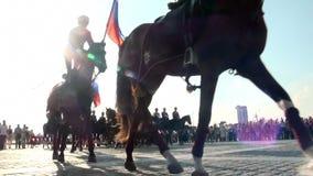 Jinetes a caballo en el festival en Moscú almacen de video