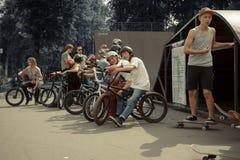 Jinetes de BMX en el parque del patín Imágenes de archivo libres de regalías