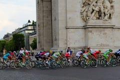 Jinetes de la bici Círculo final Tour de France, París, Francia Competencias de deporte Peloton de la bicicleta fotografía de archivo libre de regalías