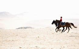 Jinetes del caballo alrededor de las pirámides foto de archivo libre de regalías