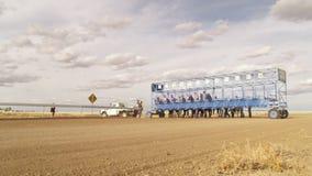 Jinetes del caballo que consiguen listos para competir con almacen de metraje de vídeo