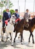 Jinetes del caballo que toman un paseo por la feria de Sevilla Foto de archivo