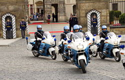 Jinetes del guardia del honor en Praga Imagenes de archivo