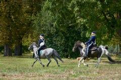 Jinetes del montar a caballo en trajes históricos de la época de Napoleon Bonaparte durante juego histórico del ` s de Napoleon d fotos de archivo libres de regalías
